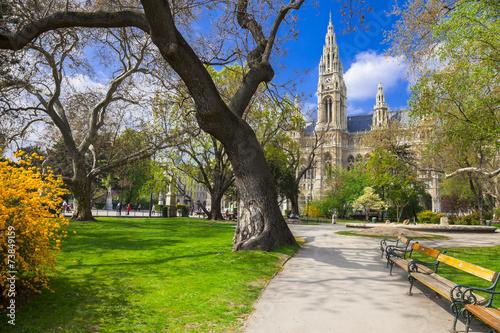 Spoed Fotobehang Wenen beautiful park near city hall in Vienna, Austria