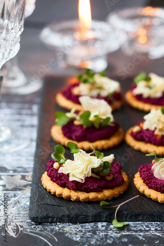 Crackers with beet pesto and cheese