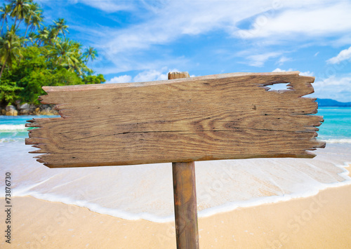 Poster Tropical plage old wooden signboard on tropical beach