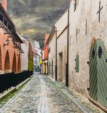 Średniowieczna ulica w starym mieście Ryga, Latvia - 73890756