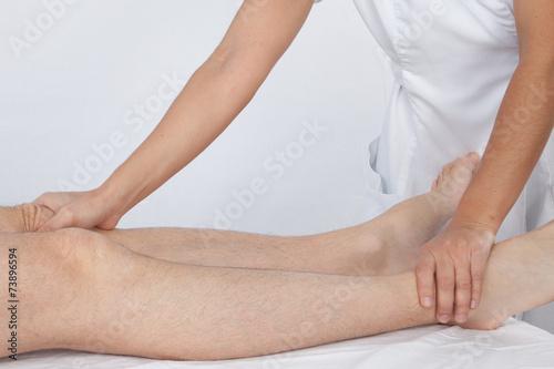 Étirements et massage des jambes d'un homme par une femme Canvas Print