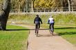 Cyclistes en VTT dans un parc
