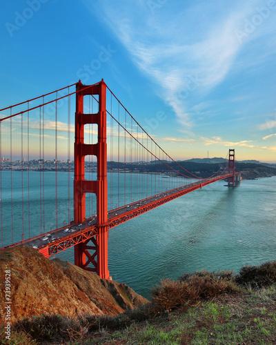 slynny-most-w-san-francisco-na-tle-blekitnego-nieba