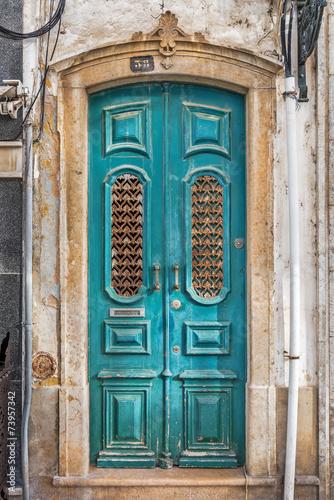typowe-eleganckie-niebieskie-drzwi-na-starym-miescie-olhao-w-portugalii