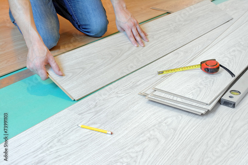 Obraz Układanie, wymiana paneli podłogowych - fototapety do salonu