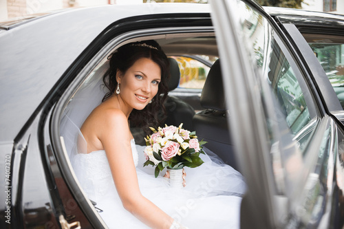 Photographie  Young bride in a wedding car
