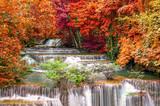 Wodospad w głębokiej dżungli lasów tropikalnych (Huay Mae Kamin Waterfall i - 74027183