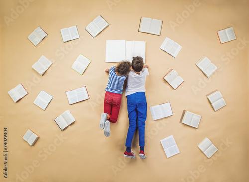 Fotografía  Los niños con los libros