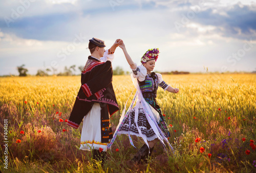 Leinwand Poster Love couple is dancing in the field