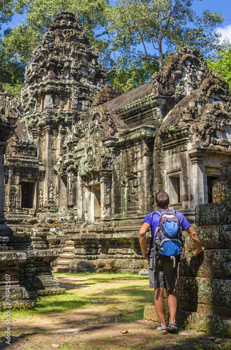 Photo  Young man admires amazing Angkor Wat Temple, Cambodia