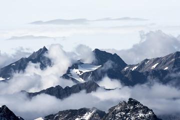 fototapeta postrzępione szczyty gór powyżej chmur