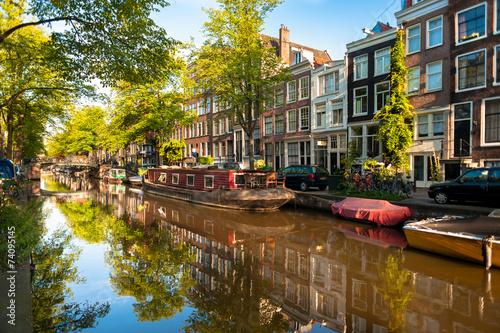 Fotomural  Casa flotante en el canal de Amsterdam