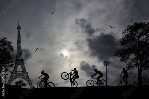 wycieczka-rowerowa-pozna-noca-po-paryzu-z-widokiem-na-wieze-eiffla-w-tle