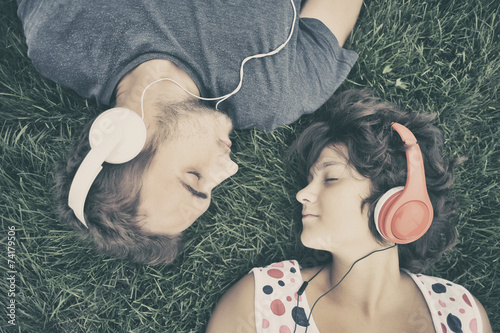Photo  Couple listening to music on headphones