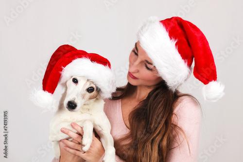 Fotografía  Jeune femme avec son chien en bonnet de père noël