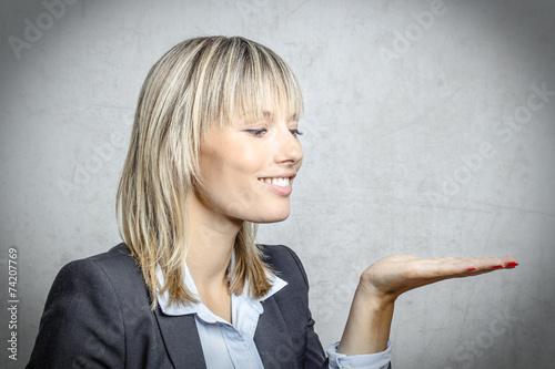 Plakát  Blonde Frau hält Hand offen