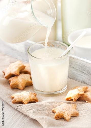 Tuinposter Koekjes Milk pouring into the glass