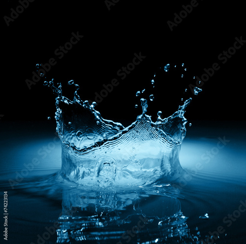 Papiers peints Eau Water crown splash in black