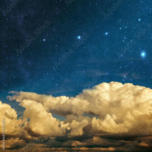 chmury-i-gwiazdy-na-teksturowanej-tle-rocznika-papieru