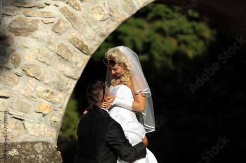 Młoda para w romantycznym uścisku.