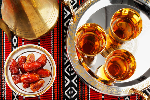 Poster Moyen-Orient Iconic Abrian fabric tea and dates symbolise Arabian hospitality
