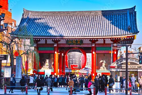 In de dag Tokyo 浅草寺雷門と観光客