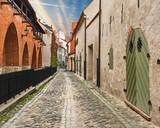Wąska średniowieczna ulica w starym mieście w Rydze, Łotwa, Europa - 74340903