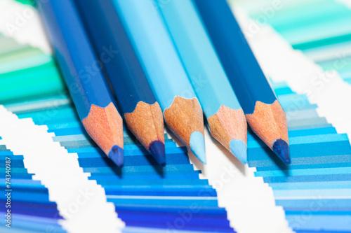 Fotografie, Obraz  crayons de couleurs bleu sur un nuancier de teintes bleues