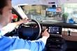 Mann bedient Navigationsgerät im Auto