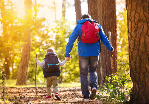 Fotografie, Obraz  Otec a syn procházky v lese na podzim