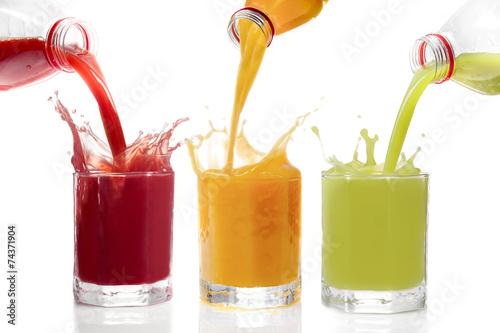Valokuva  Fruchtsäfte ins Glas schütten, Kiwisaft, Johannisbeersaft