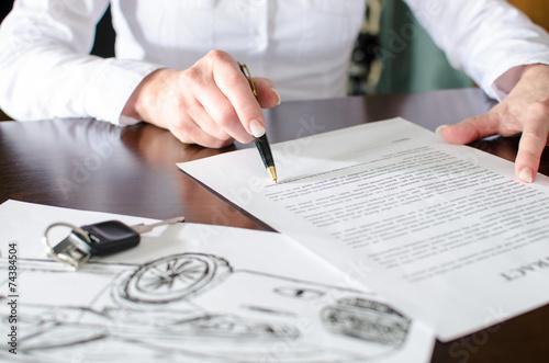 Fotografía  Woman reading a car purchase contract