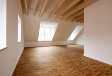 Moderne Dachgeschosswohnung Mit Hölzernen Deckenbalken