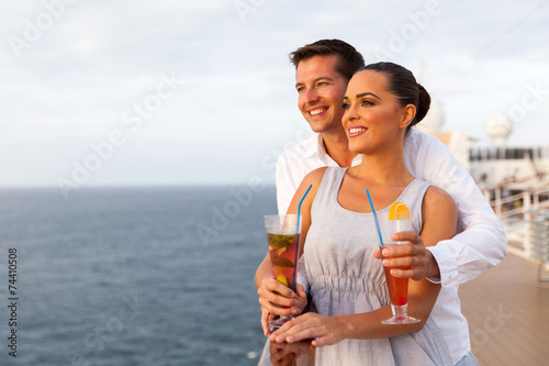 Photo young couple on cruise trip