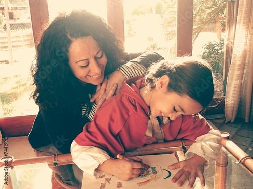 Photo Madre viendo dibujar a su hija