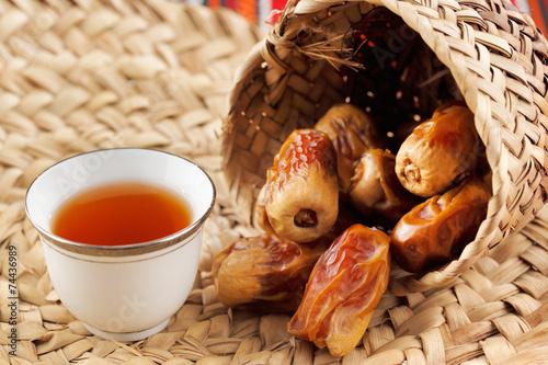 Poster Moyen-Orient Iconic Abrian fabric tea and dates symbolise Arabian hospitality