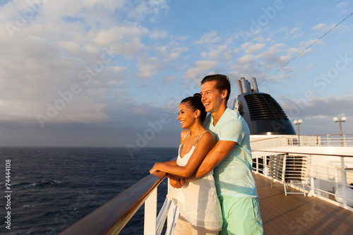 Fotomural young couple looking at sunrise on cruise ship
