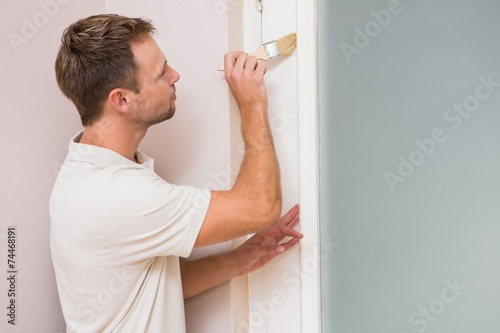 Fotomural  Painter painting the door white