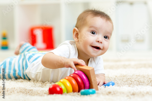 Photo  Child boy playing with toy at home