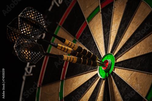 Fotografía  Tres dardos en el ojo de buey se cierran para arriba
