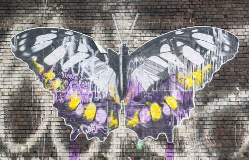 Foto auf Gartenposter Schmetterlinge im Grunge Butterfly: Street art in London.