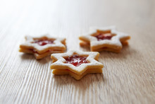 Christmas Linzer Cookies On Th...