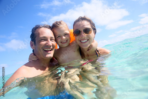 Fotografia  Family enjoying bathing in the sea