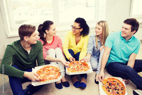 Photographie  five smiling teenagers eating pizza at home