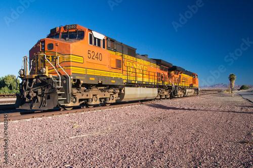 fototapeta na drzwi i meble BNSF Nr lokomotywy towarowe na pustyni 5240