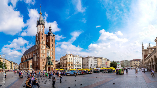 Photo sur Aluminium Cracovie St. Mary's Church in a historical part of Krakow