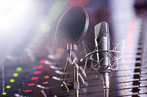 Fotografie, Obraz  Studio Mischpult und Profi Mikrofon