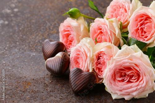 rozowe-roze-i-czekoladki-w-ksztalcie-serca