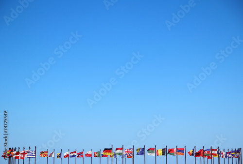 Fotomural  international flags against the sky