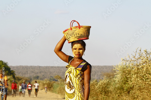 fototapeta na lodówkę Portret kobiety z Madagaskaru maski na tradytional twarzy, Ma